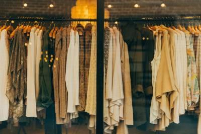Продажи одежды из-за пандемии упали на четверть