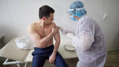 На Донбассе Зеленского вакцинировали от COVID-19