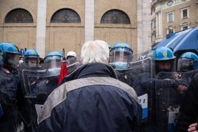 Ситуация с COVID-19: снятие ограничений в Британии и протесты в Италии